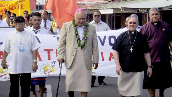 O le afioga i le Aki Epikopo, Alapati Lui Mata'eliga sa taimua i le solo tele o tupulaga talavou a le Ekalesia Katoliko sa auai i le mafutaga tele tuufaatasi na faia i Samoa