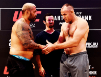 Oleinik ma Mark Hunt - Photo: Getty Images