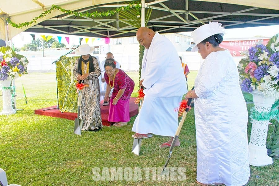 Rev Sean Palala ma lona faletua ia Faufau Palala, tina matua ia Efo Tafunai i le suaina o le eleele