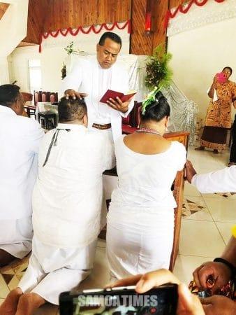 Rev Tuivanu Tuivanu i le taimi na faapaiaina ai nofo a le aiga i le malumalu i Gataivai