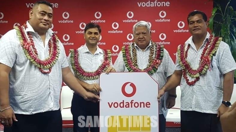 O le alii Palemia ma le Minisita o Fesootaiga Afamasaga Rico Tupai faapea sui o le pulega a le Vodafone